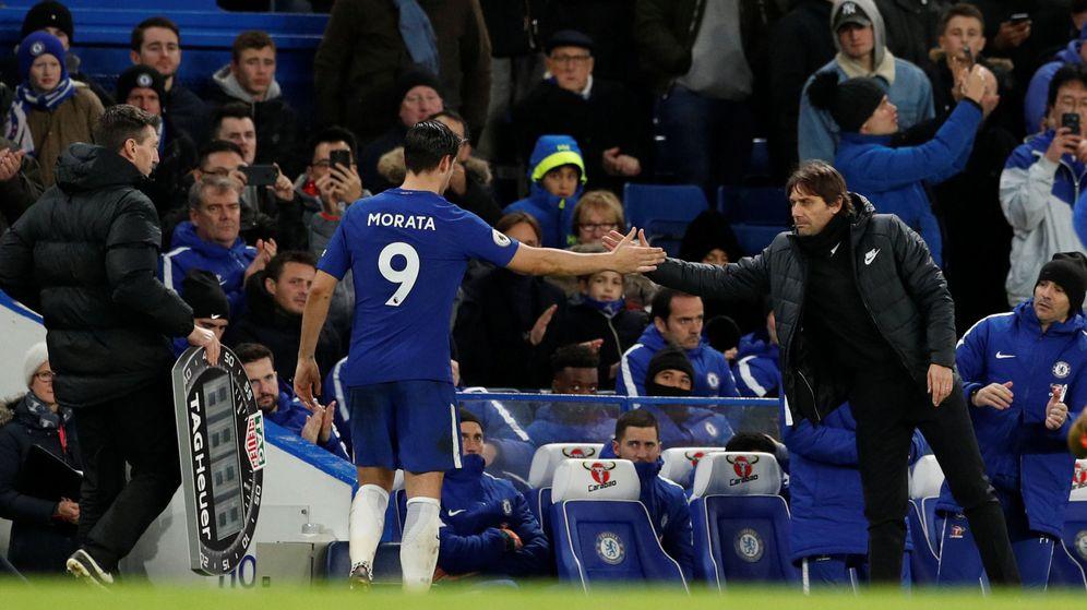 Foto: Morata saluda a Antonio Conte tras ser sustituido. (Reuters)
