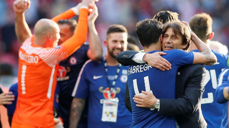 Antonio Conte se abraza a Hazard tras ganar la FA Cup. (Reuters)