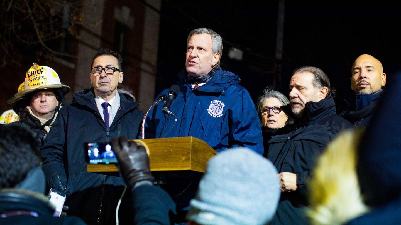 El alcalde de Nueva York, Bill de Blasio (c), valora las consecuencias del incendio. (EFE)