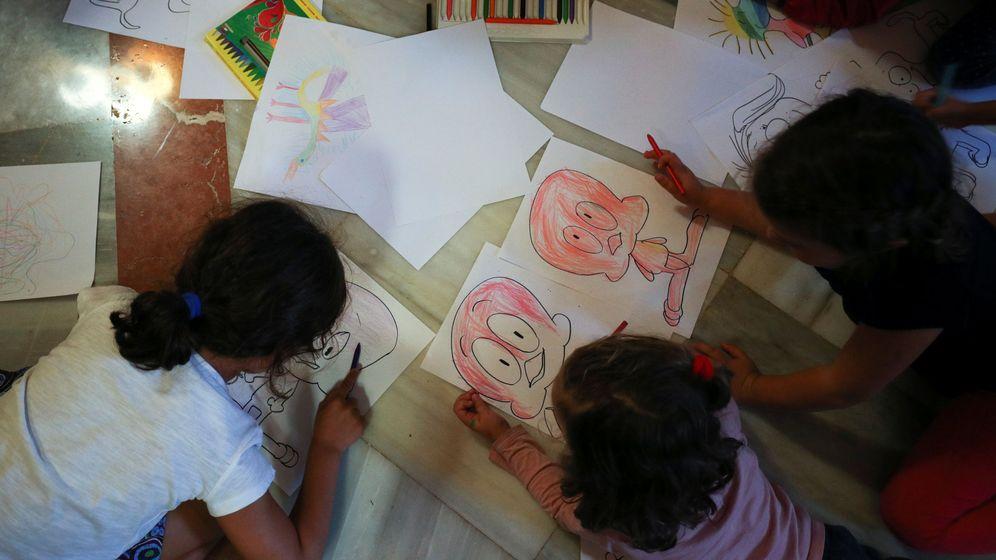 Foto: Niños colorean folios durante el pasado 1-O en Barcelona. (A. G./Reuters)