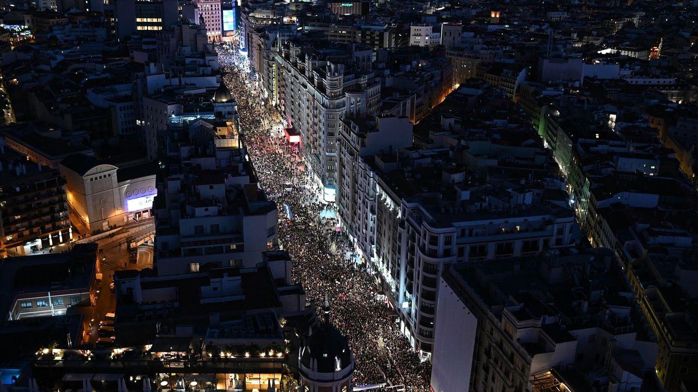 Foto: Vista aérea de la manifestación del 8M de Madrid a su paso por la Gran Vía. (EFE)