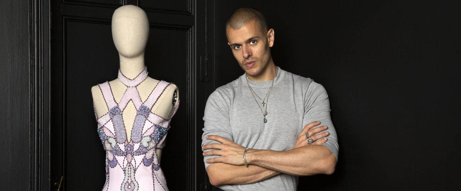 Foto: El diseñador español Andrés Acosta con una de sus creaciones. (Foto: Olga Moreno)