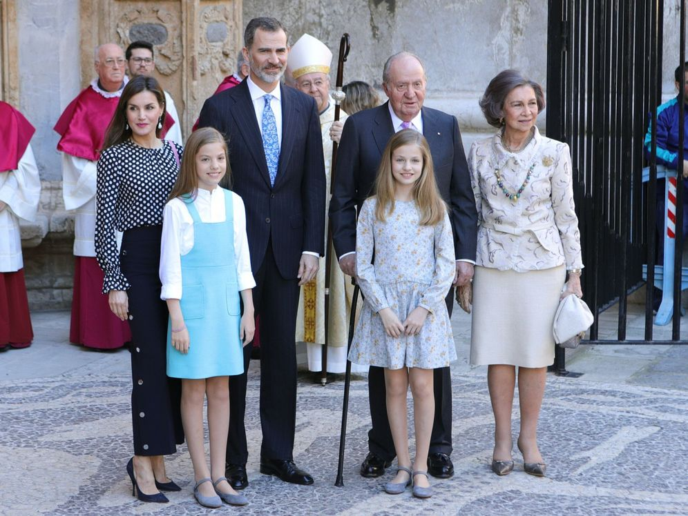 Foto: El Rey Felipe, la reina Letizia, don Juan Carlos y doña Sofía, junto a la infanta Sofía y la Princesa Leonor. (EFE)