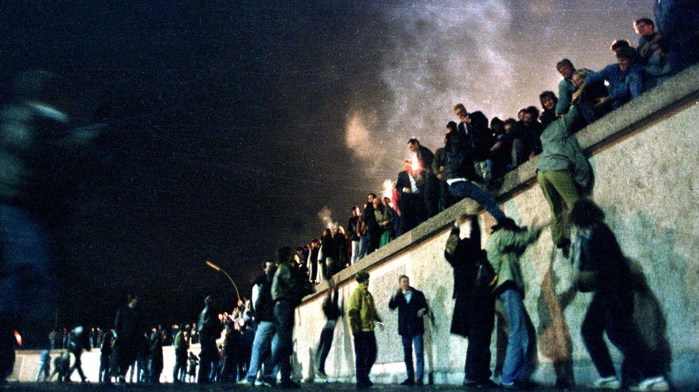 Foto: Imagen del 9 de noviembre de 1989: un grupo de personas cruza el muro de Berlín. (Reuters)