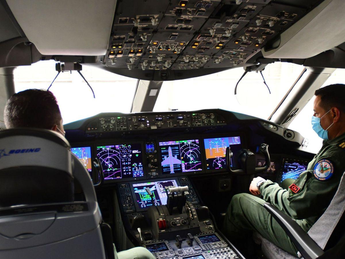 Foto: Vista de la cabina del avión presidencial mexicano. (EFE)