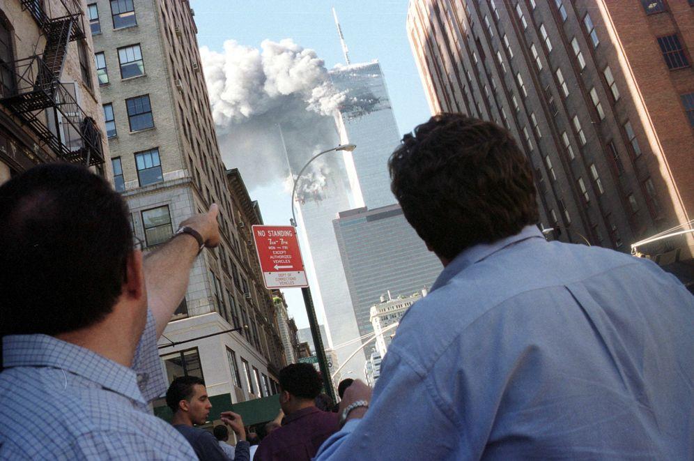 Foto: Neoyorquinos observan el ataque contra las Torres Gemelas, el 11 de septiembre de 2001 (Reuters).