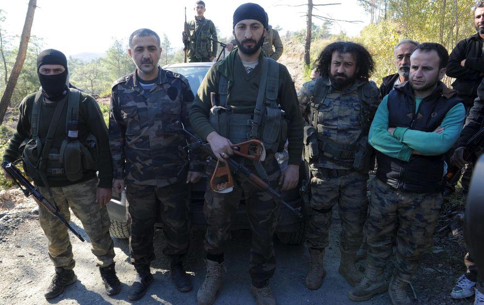 Foto: Alparslan Çelik, segundo comandante de una brigada turcomana en Siria, sostiene los restos del paracaídas del piloto ruso Oleg Peshkov (Reuters)