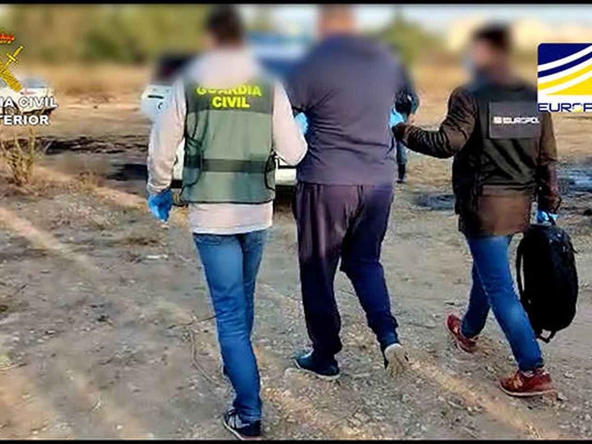 Foto: La Guardia Civil traslada esposado al detenido. (Guardia Civil / Europol)