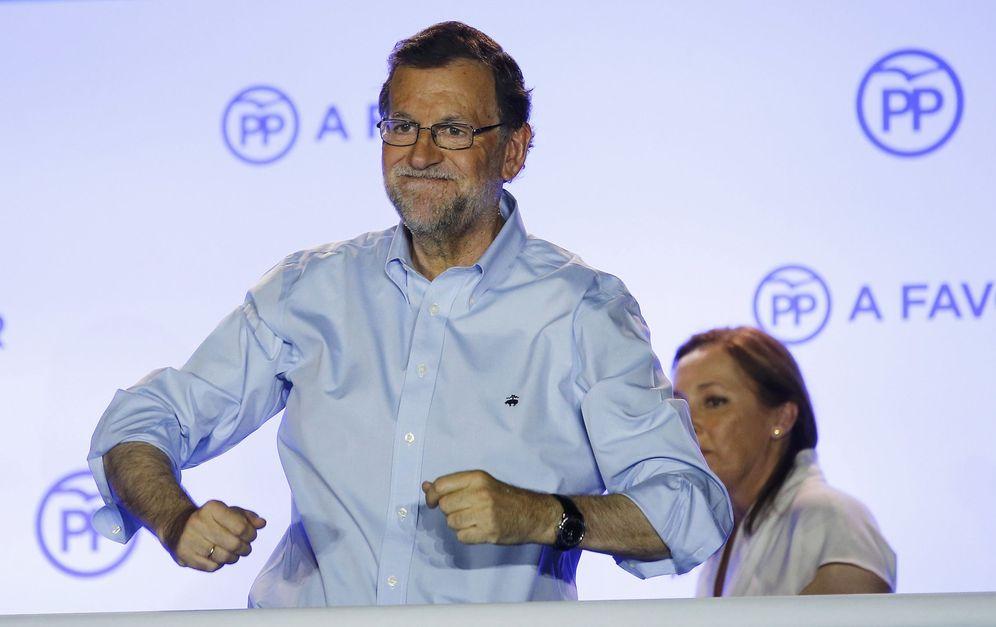 Foto: El presidente del Gobierno en funciones, Mariano Rajoy (2d), junto a su mujer durante su comparecencia ante los simpatizantes en el exterior de la sede del partido. (Reuters)
