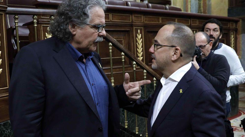 Foto: Los portavoces del ERC, Joan Tardà (i) y PDeCAT, Carles Campuzano, conversan durante la última sesión de control al Ejecutivo del año. (EFE)