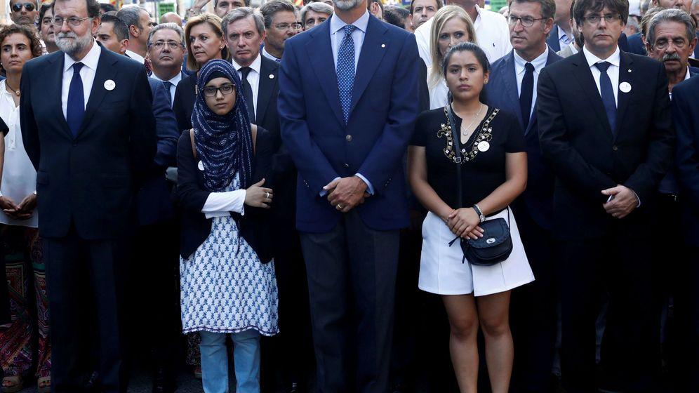Foto: El rey Felipe junto al 'president' de la Generalitat y a Mariano Rajoy en la manifestación de este sábado en Barcelona. (Reuters)