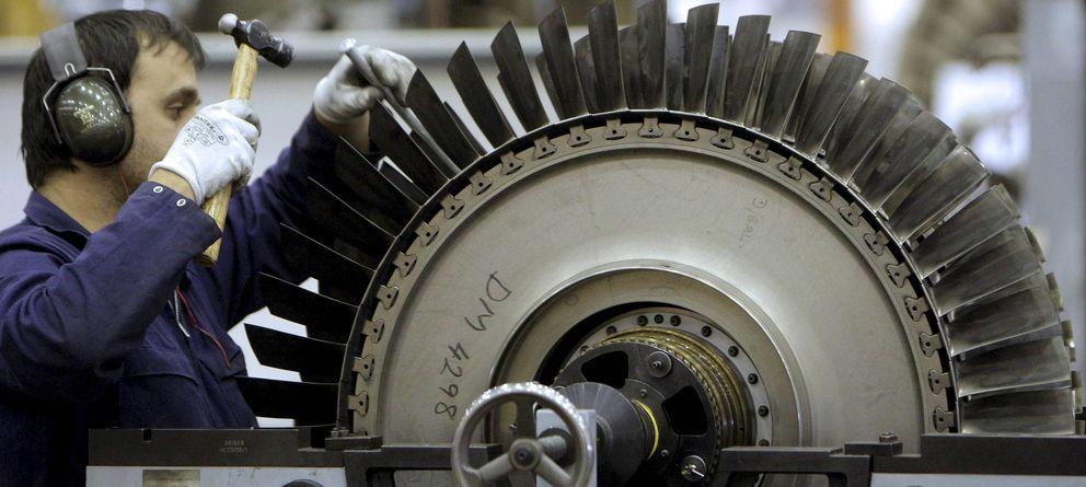 Foto: Un técnico de mantenimiento trabaja en un motor en los hangares de Iberia. (EFE)