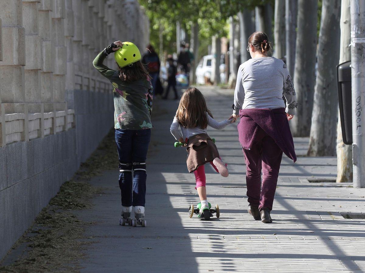 Foto: Niños paseando en Madrid. (EFE)