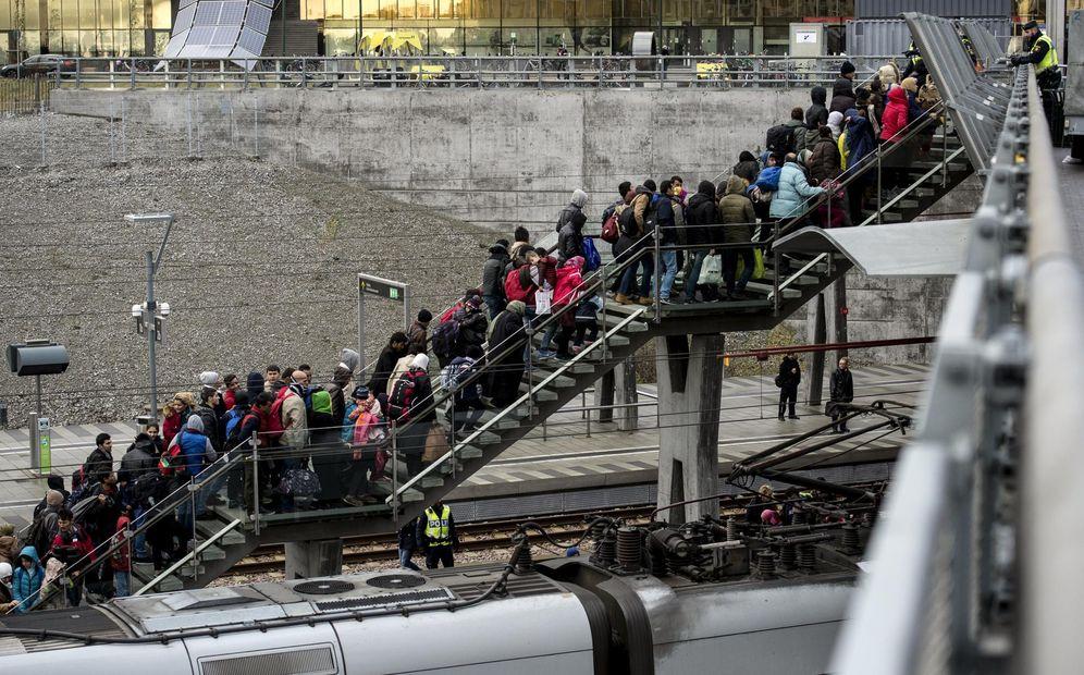 Foto: Refugiados procedentes de Dinamarca a su llegada a la estación de Malmo, Suecia. (Reuters)