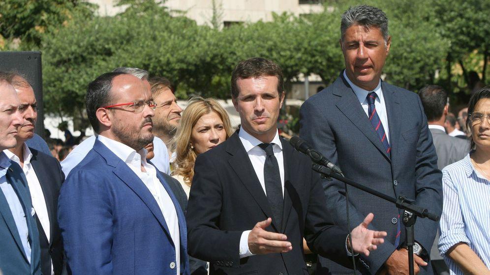 Foto: El presidente del PP, Pablo Casado, junto al líder del PPC, García Albiol, durante el homenaje en Cambrils. (EFE)