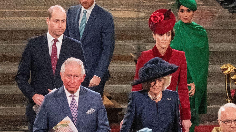 Los duques de Sussex, tras los duques de Cambridge al terminar la misa. (Reuters)