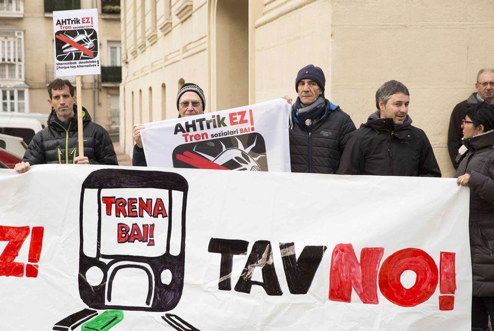 Foto: Una reciente protesta en Vitoria de contrarios a la llegada de la alta velocidad al País Vasco.