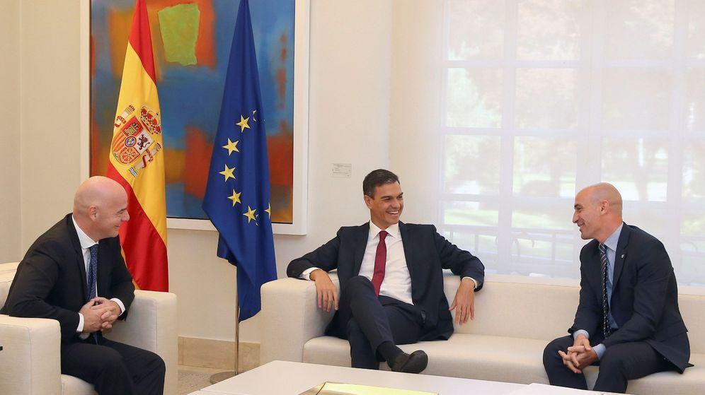 Foto: La reunión entre Infantino, Sánchez y Rubiales. (EFE)