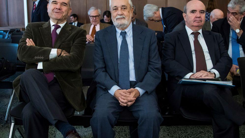 Foto: Los expresidentes socialistas Manuel Chaves (i) y José Antonio Griñán (c), y el exconsejero de Presidencia Gaspar Zarrías, en la sala de la Audiencia de Sevilla. (EFE)
