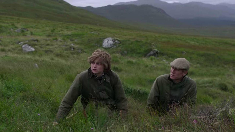 Los personajes de Diana y el príncipe Felipe, durante la caza del ciervo. (Netflix)