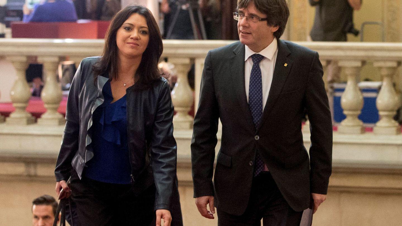 Carles Puigdemont y Marcela Topor, en el Parlament. (EFE)