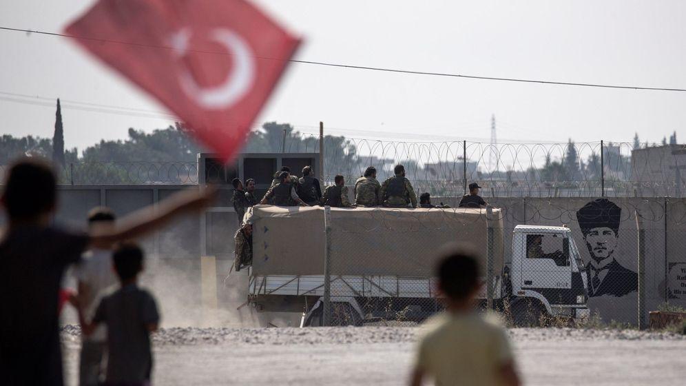 Foto: Tropas sirias, apoyadas por Ankara, en su camino hacia el norte de Siria, el pasado octubre. (EFE)