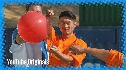 Un monje budista atraviesa un cristal con una aguja... en cámara súper lenta