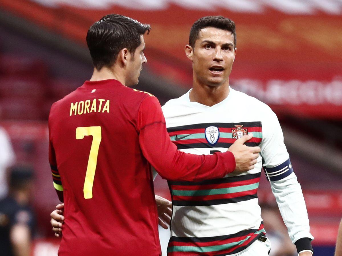 Foto: Cristiano Ronaldo y Álvaro Morata se saludan en el encuentro. (Reuters)