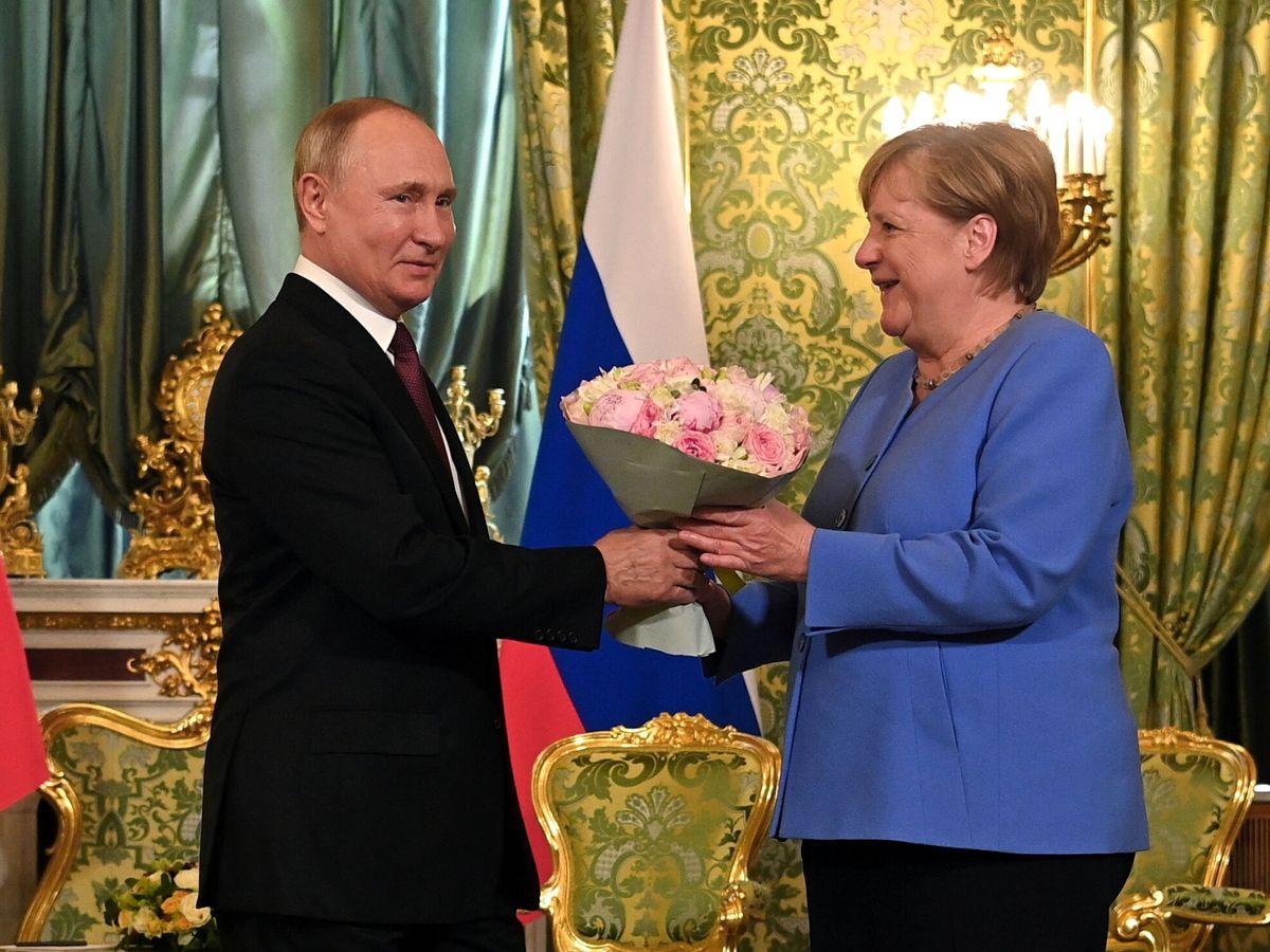 Foto: Putin despide a Merkel con un ramo de flores en Moscú. (Reuters)