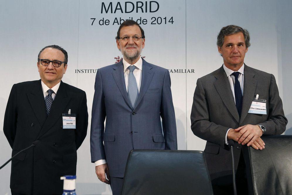 Foto: El presidente en funciones, Mariano Rajoy, junto al presidente del IEF, Javier Moll, y su predecesor, José Manuel Entrecanales. (EFE)