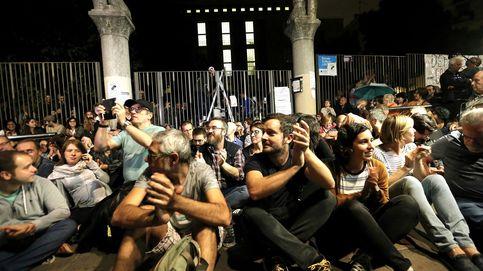 Centenares de personas se concentran a las puertas de numerosos colegios