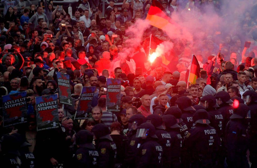 Foto: Manifestantes de grupos ultraderechistas protestan en la escena del crimen de Chemnitz, Alemania, el 27 de agosto de 2018. (Reuters)