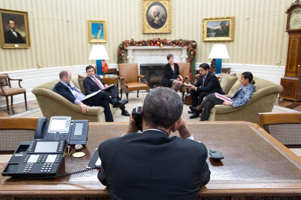 Foto: El presidente Barack Obama habla con el líder cubano Raúl Castro desde el Despacho Oval, en la Casa Blanca, Washington (Reuters).