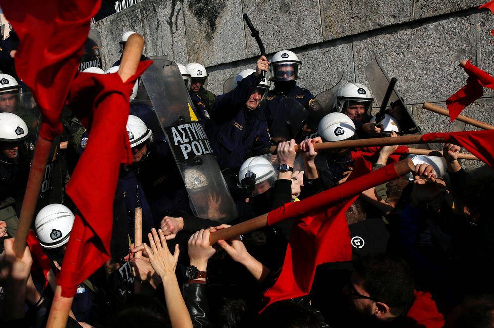Foto: Manifestantes se enfrentan a la policía durante una protesta ante el Parlamento griego, en Atenas, el 12 de enero de 2018. (Reuters)