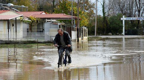 Un hombre pasea con su bicicleta por Grecia