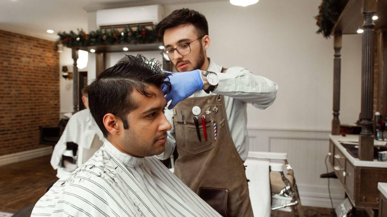 Soñaba con convertirse en barbero y ahora usa un avión privado para atender a clientes