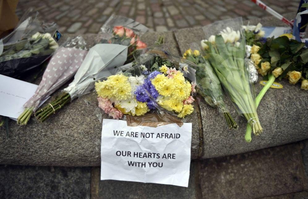 Foto: Flores en homenaje a las víctimas del atentado de Westminster, en Londres. (Reuters)