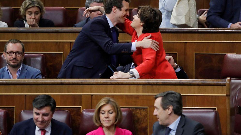 Foto: La candidata a liderar al PP, Soraya Sáenz de Santamaría, saluda al también candidato, Pablo Casado, en el Congreso. (EFE)