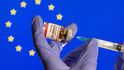La vacuna podría retrasarse, pero da igual: de todas formas, España aún no está preparada