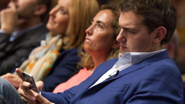 Albert Rivera, consultando su teléfono móvil. (EFE)