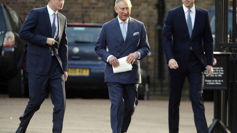 El príncipe Carlos de Inglaterra con sus hijos, en una imagen de archivo. (EFE)