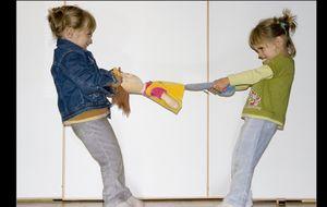 Una juez separa a una niña de sus hermanos al irse a Madrid su madre