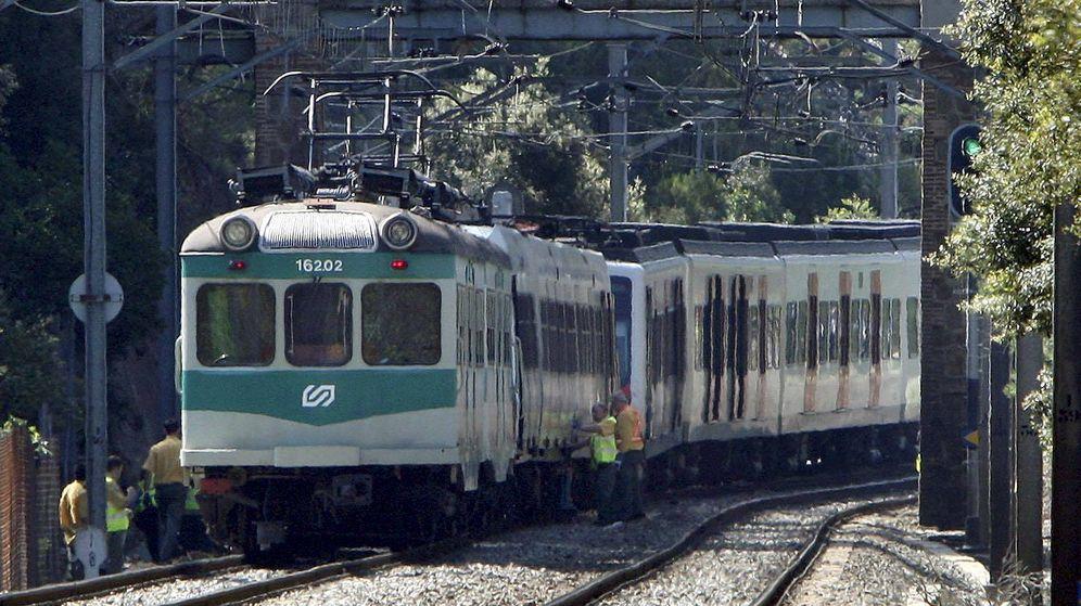 Foto: Foto de archivo de dos trenes de los Ferrocarrils de la Generalitat (FGC). (EFE)