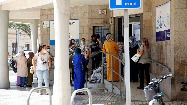 Solicitantes del IMV esperan su turno en una oficina de la Seguridad Social. (EFE)