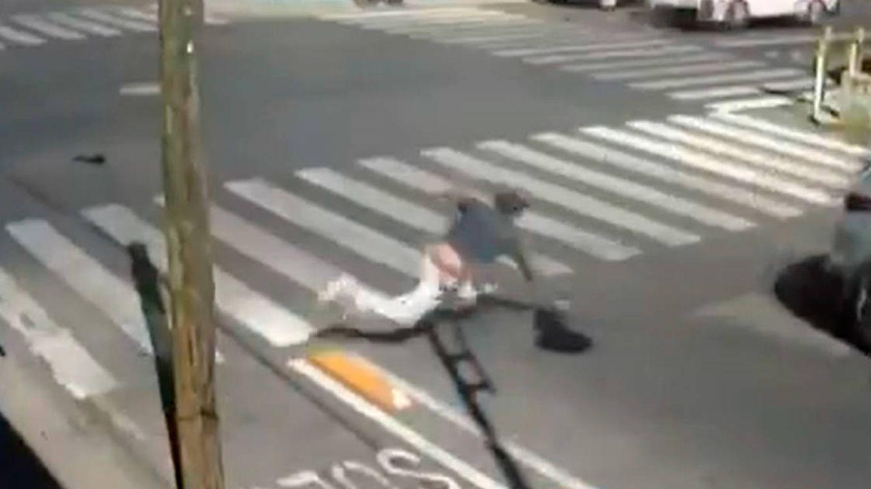 El bolardo invisible: decenas de caídas por no cruzar por un paso de cebra
