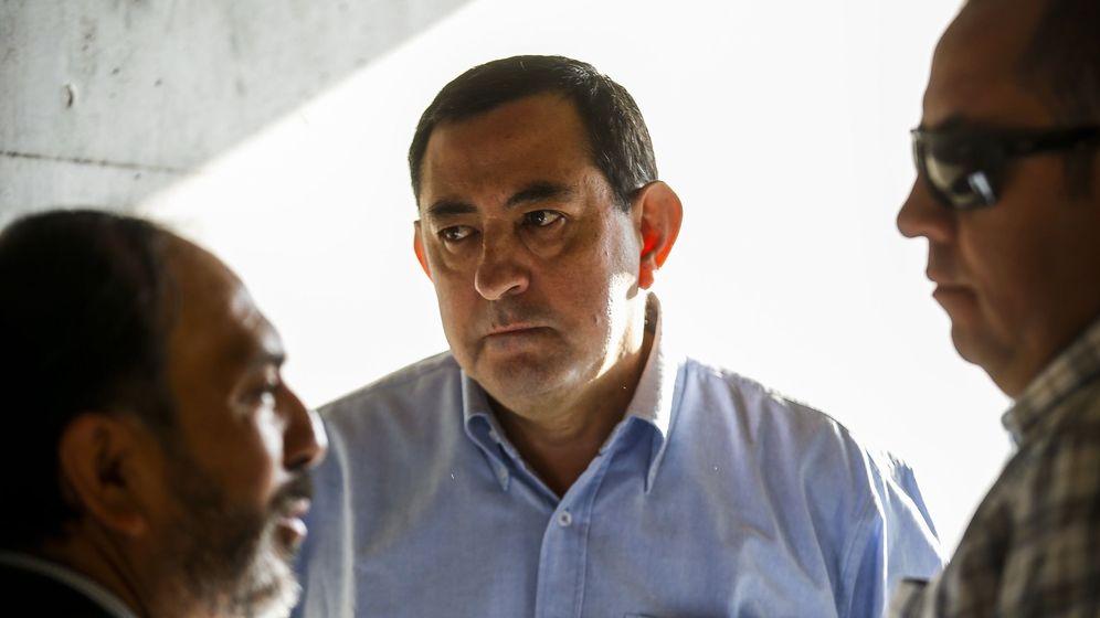Foto: El excanciller del Arzobispado de Santiago, Óscar Muñoz (c). (EFE)