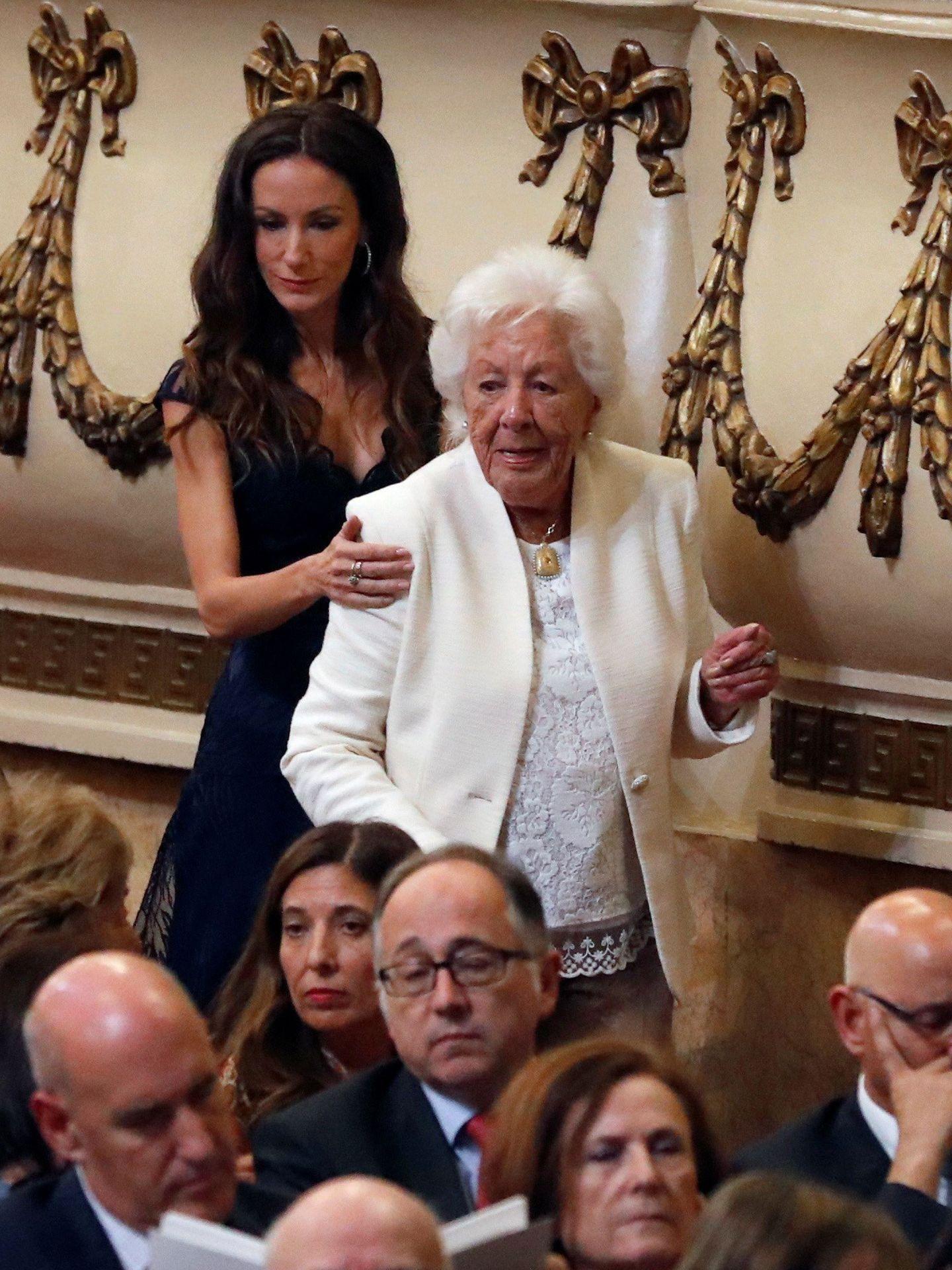 Menchu, junto a su nieta Telma en los Premios Princesa de Asturias de 2019. (EFE)