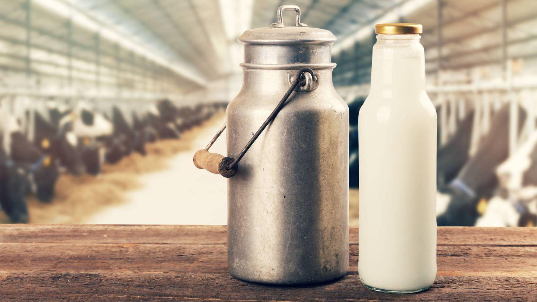 Botella de leche cruda. (iStock)