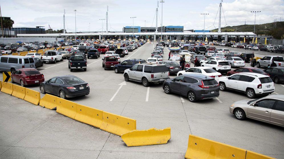 Foto: Las colas que se organizaron en el lado norteamericano de la frontera fueron considerables (EFE EPA/Christian Monterrosa)