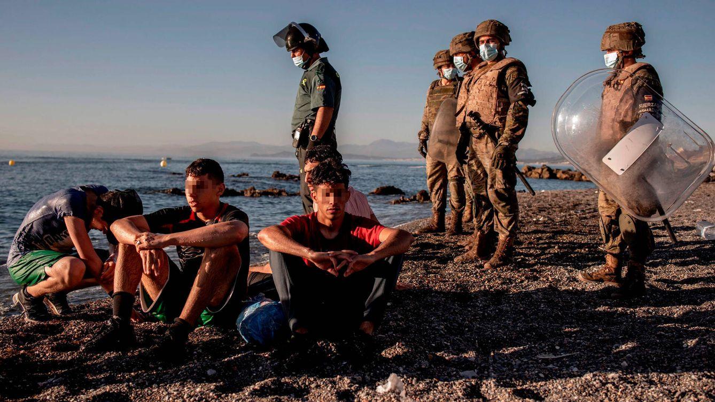 Foto: Menores en la frontera entre Marruecos y Ceuta. (EFE)